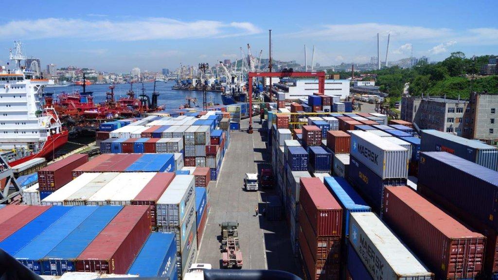 Владивостокский морской торговый порт входит в транспортную группу fesco доставлены два контейнерных перегружателя