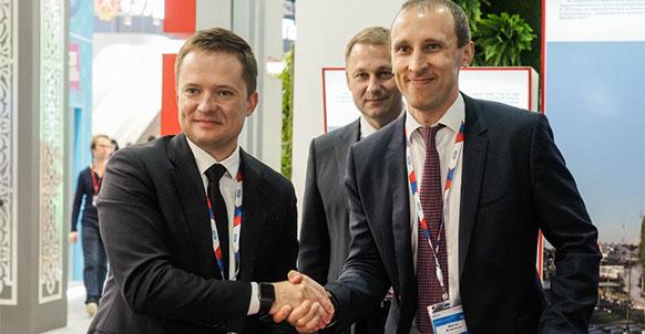 Гендиректор Solar Systems Михаил Молчанов и руководитель Корпорации развития Ставропольского края Заур Абдурахимов