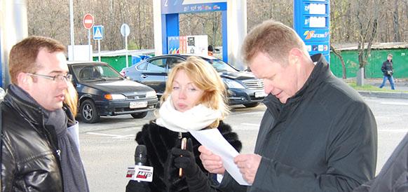 Гендиректор Газпромнефть-Лаборатории В.Чуяков изучает протокол анализа качества топлива