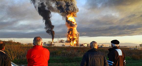 Пожар на НПЗ Eni в Санназарро 1 декабря 2016 г