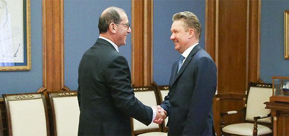 Чрезвычайный и полномочный посол Израиля в России Цви Хейфец и глава Газпрома Алексей Миллер