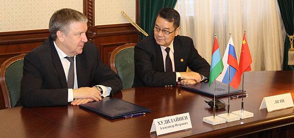 Президент республики Карелия Александр Худилайнен и представитель Sinomec Ли Ян