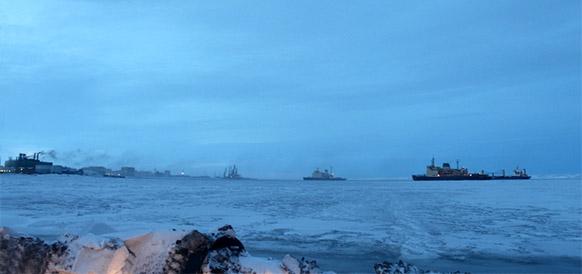 Караван судов с грузом для ПАТЭС входит в порт Певек