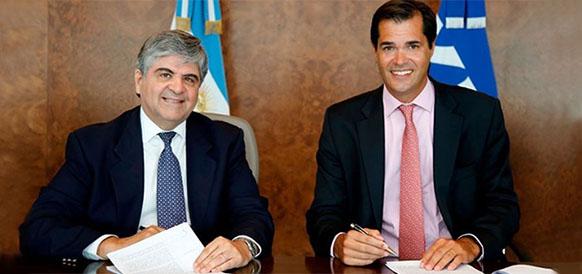Глава аргентинского представительства Shell Теофил Лакруз и глава YPF Мигель Анхель Гуттиэрез