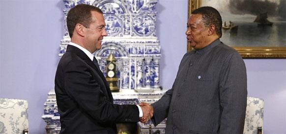 Премьер-министр РФ Дмитрий Медведев и генеральный секретарь ОПЕК Муххамед Баркиндо