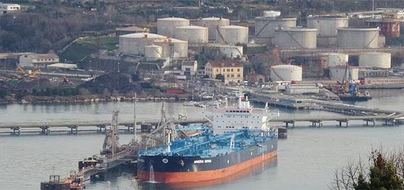 Нефтеналивной танкер Minerva Sophia в порту Триест в Италии