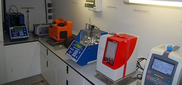Оборудование мобильной лаборатории Газпром нефти