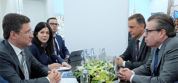 Министр энергетики РФ Александр Новак и главный аналитик по сырьевым рынкам Goldman Sachs Джеффри Карри