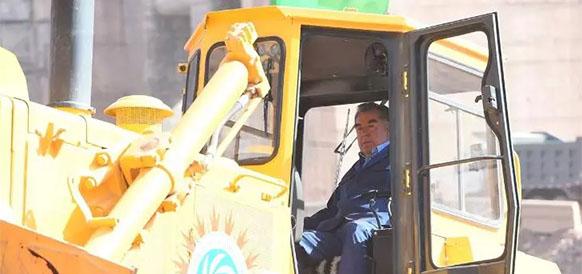 Президент Таджикистана Эмомали Рахмон управляет бульдозером на церемонии начала строительства Рогунской ГЭС