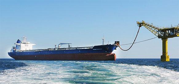 Погрузка нефти Sakhalin Energy на танкер Губернатор Фархутдинов