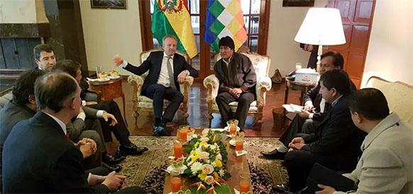 Встреча президента Боливии Эво Моралеса и главы газового подразделения Shell Маартен Ветселаар