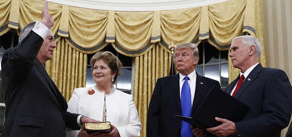 Госсекретарь США Рекс Тиллеросон приносит присягу в Белом Доме