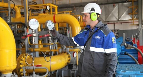 Машинист технологических насосов 4 разряда У-505 производства № 3 Астраханского газоперерабатывающего завода Илдар Асадов контролирует рабочее давление