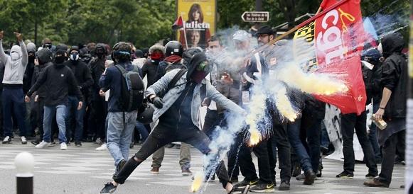 Протестующие во Франции из-за цен на топливо уже начали блокировать топливные хранилища