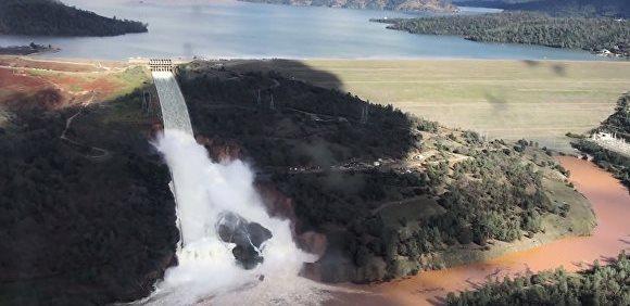 В Калифорнии разрушается аварийный водосброс плотины Оровилл - идет эвакуация почти 200 тыс человек (ВИДЕО)