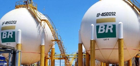 Petrobras sees $4 bln 2016 loss, but 4th quarter up