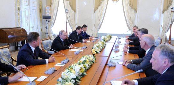 Газпром и Shell в присутствии В. Путина подписали лишь меморандум о взаимопонимании по проекту Балтийский СПГ. Пока  поизучают возможности