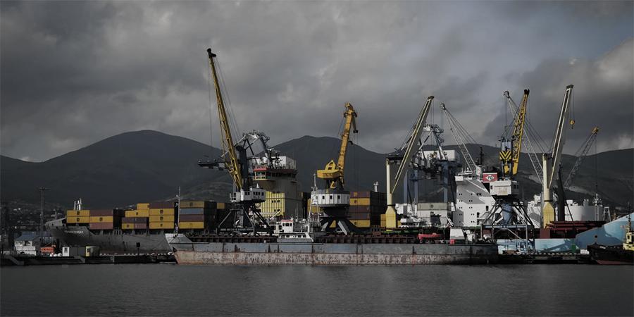 В порту Новороссийск приостановили отгрузку нефти из-за шторма