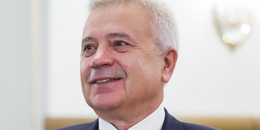 И. Алиев наградил В. Алекперова орденом Дружба