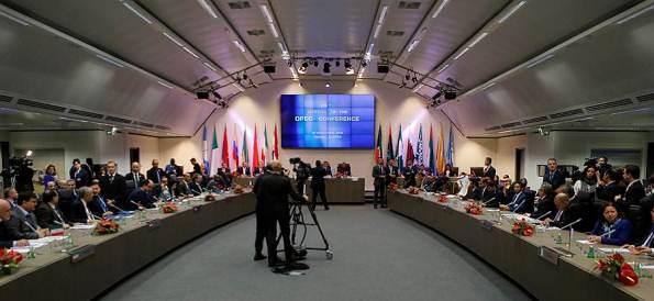Договорились. Страны ОПЕК решили сократить добычу нефти внутри картеля на 1,2 млн барр/сутки, вне - на 600 тыс барр/сутки
