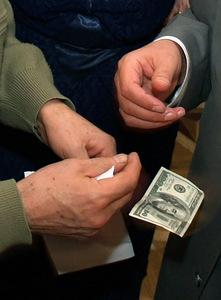Средняя российская взятка доросла до 23 000 рублей