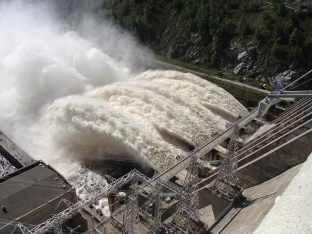 Зейская ГЭС готова к пропуску аномального паводка. Жители к холостым сбросам - не очень