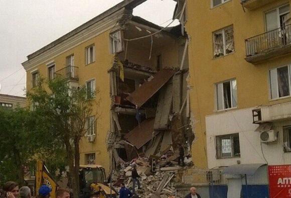 Из-за взрыва газа в г Волгограде обрушился жилой дом. Спасатели извлекают погибших и пострадавших из-под завалов