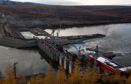 Колымская ГЭС возобновила холостые сбросы - на реке Колыме затруднено движение крупнотоннажных судов