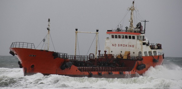 К поврежденному штормом танкеру Надежда из порта Корсаков поспешил бравый Отто Шмидт, а водолазы начали осмотр днища