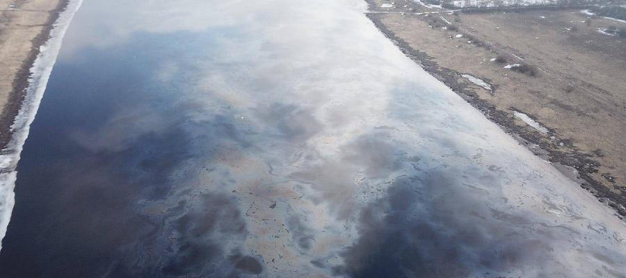 Под Великим Новгородом произошел разлив нефтепродуктов. Полоса загрязнения р. Волхов - около 20 км