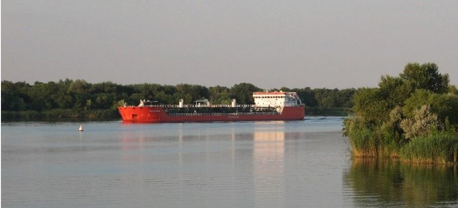В Волгограде с танкера попытались слить 33 т моторного масла