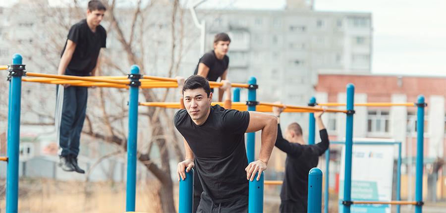 Спорт - в массы! Омский НПЗ построил площадку для воркаута в Кировском округе