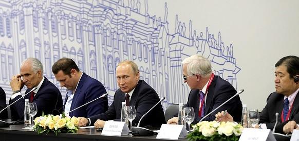 На ПМЭФ-2018 В. Путин провел встречу с руководителями иностранных компаний, а потом власти анонсировали очередную Прямую Линию Президента 7 июня 2018 г Голосовать!