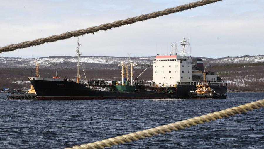 Танкер «Вязьма» и буксир «Николай Чикер» Северного флота вернулись из дальнего похода