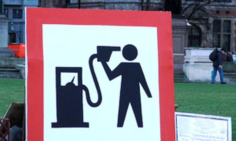 Цены на бензин пока стоят, но могут сорваться