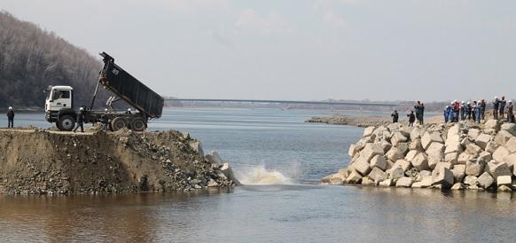 На Нижне-Бурейской ГЭС завершилась отсыпка грунтовой плотины. На фоне нетипичного паводка