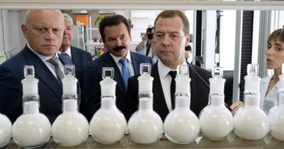 Д.Медведев из г Омска. Нефтехимию ждут сокращения, а вопрос пластиковой тары для алкоголя - дополнительное обсуждение