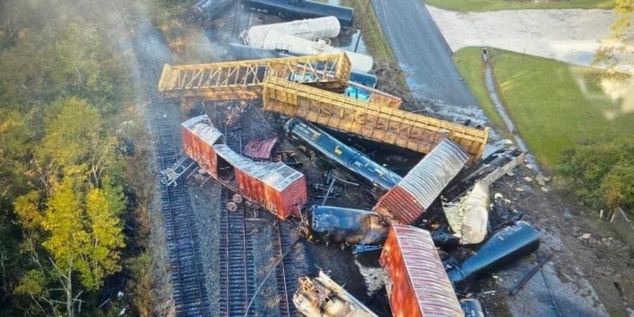 Поезд с нефтепродуктами сошел с рельсов в Техасе (ВИДЕО)