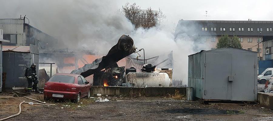 На юге г. Москвы возник пожар на складе с газовыми баллонами