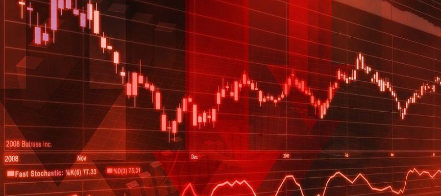 Цены на нефть снижаются на фоне укрепления доллара США и общей неопределенности на рынке