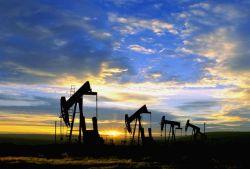 Цены на нефть одиноко падали в Лондоне