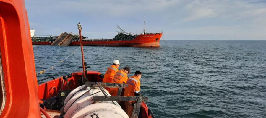 Танкер, пострадавший при взрыве в Азовском море, частично разрушен. Его начали буксировать в Крым