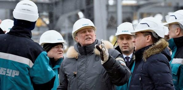 В г Тобольске СИБУР продемонстрировал С. Иванову полимерные материалы, производимые из отходов нефтегазодобычи