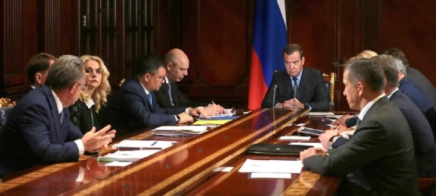Если кто-то заиграется. Д. Медведев пообещал наказывать нефтекомпании за рост цен на бензин