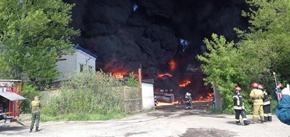 Смог уже солнце закрывает. В ходе пожара на складе горюче-смазочных материалов в Ярославле пострадал человек (Видео)