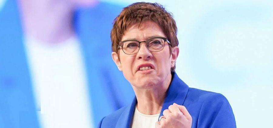 Министр обороны Германии призвала увязать объемы транзита газа по Северному потоку-2 с поведением России