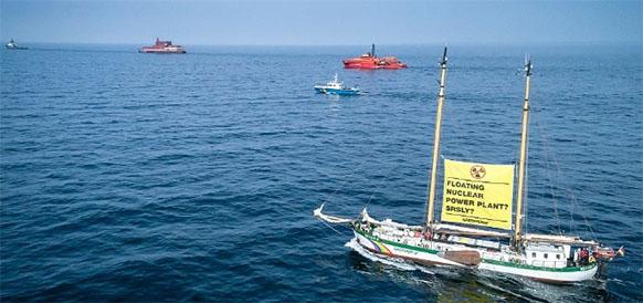 Опасное сближение предотвращено. Greenpeace не смог помешать буксировке ПЭБ Академик Ломоносов в Балтийском море