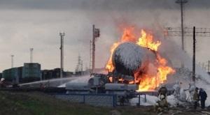 Под г Вологдой горит вагон - цистерна с бензином. Угроза взрыва 180 т топлива миновала, но люди эвакуированы