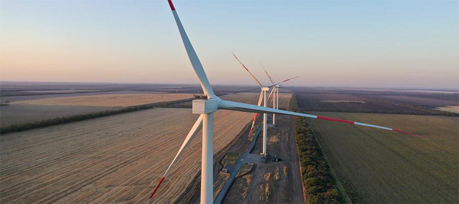 На стройплощадке Азовской ВЭС идет возведение ветроэнергетических установок