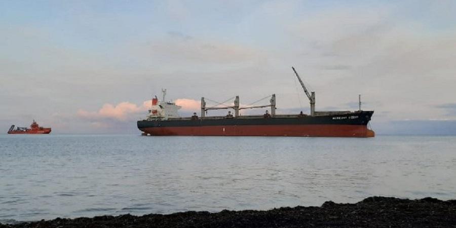 Уголь выгружают с панамского сухоруза, севшего на мель возле о. Сахалин
